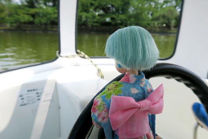 ペダルボートを運転するリカちゃん