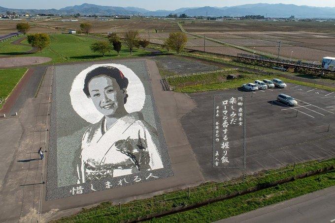 石のアート「美空ひばり」と昨年の川柳最優秀作品