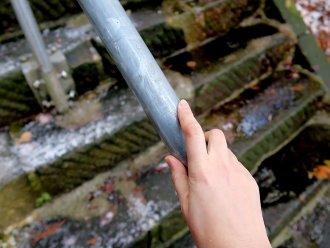 金属の手すりを握ると手が凍える