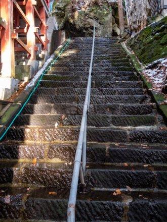 拝殿の裏側入口に登る階段