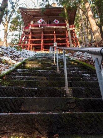拝殿に登る階段