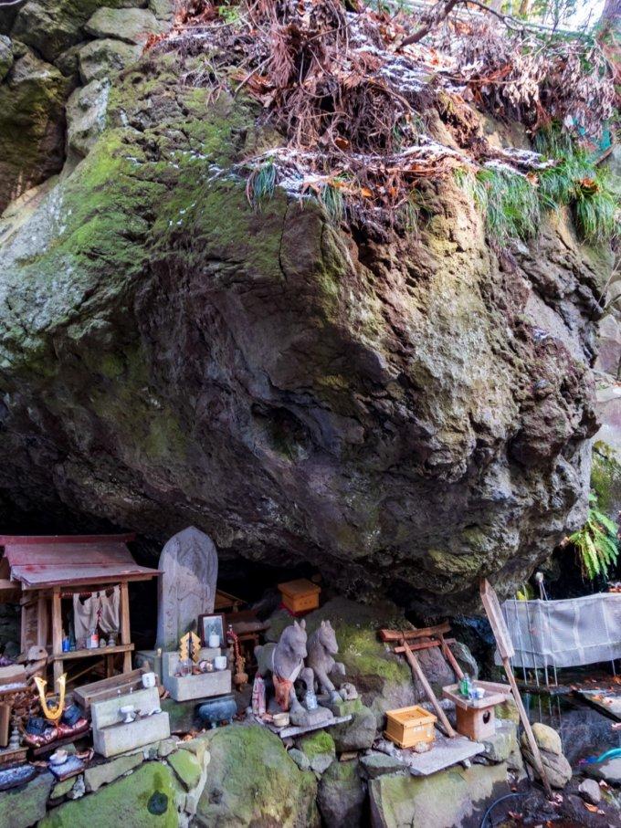 巨岩の下に細々とまつられています