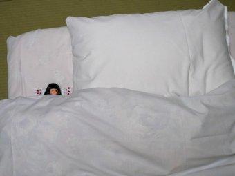 りんご柄の枕で添い寝
